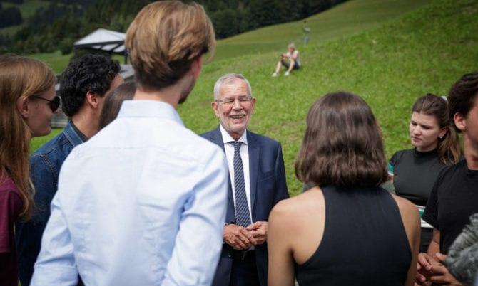 Alexander Van der Bellen mit Jugendlichen