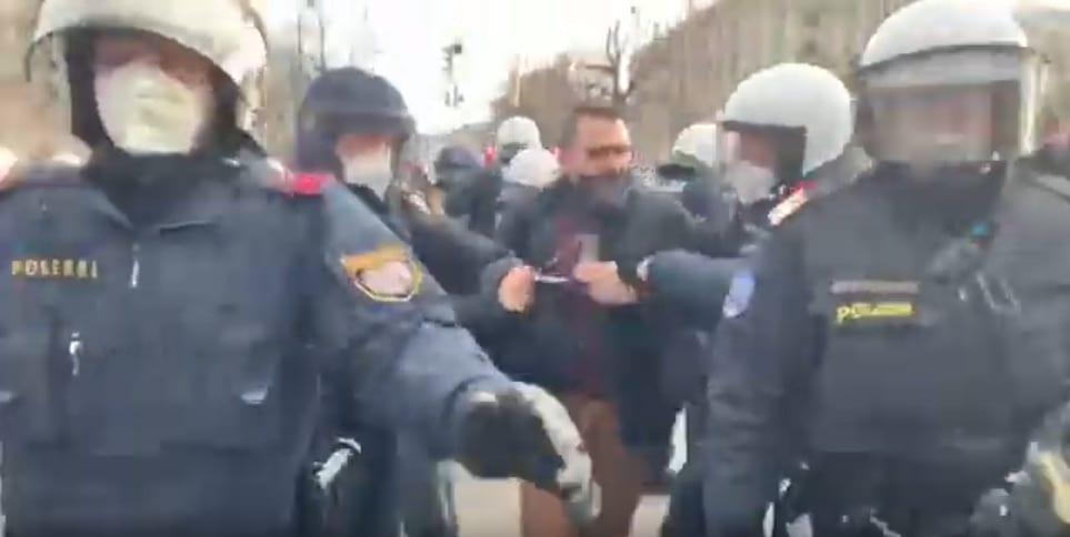 Demo / Journalist weggeschleppt