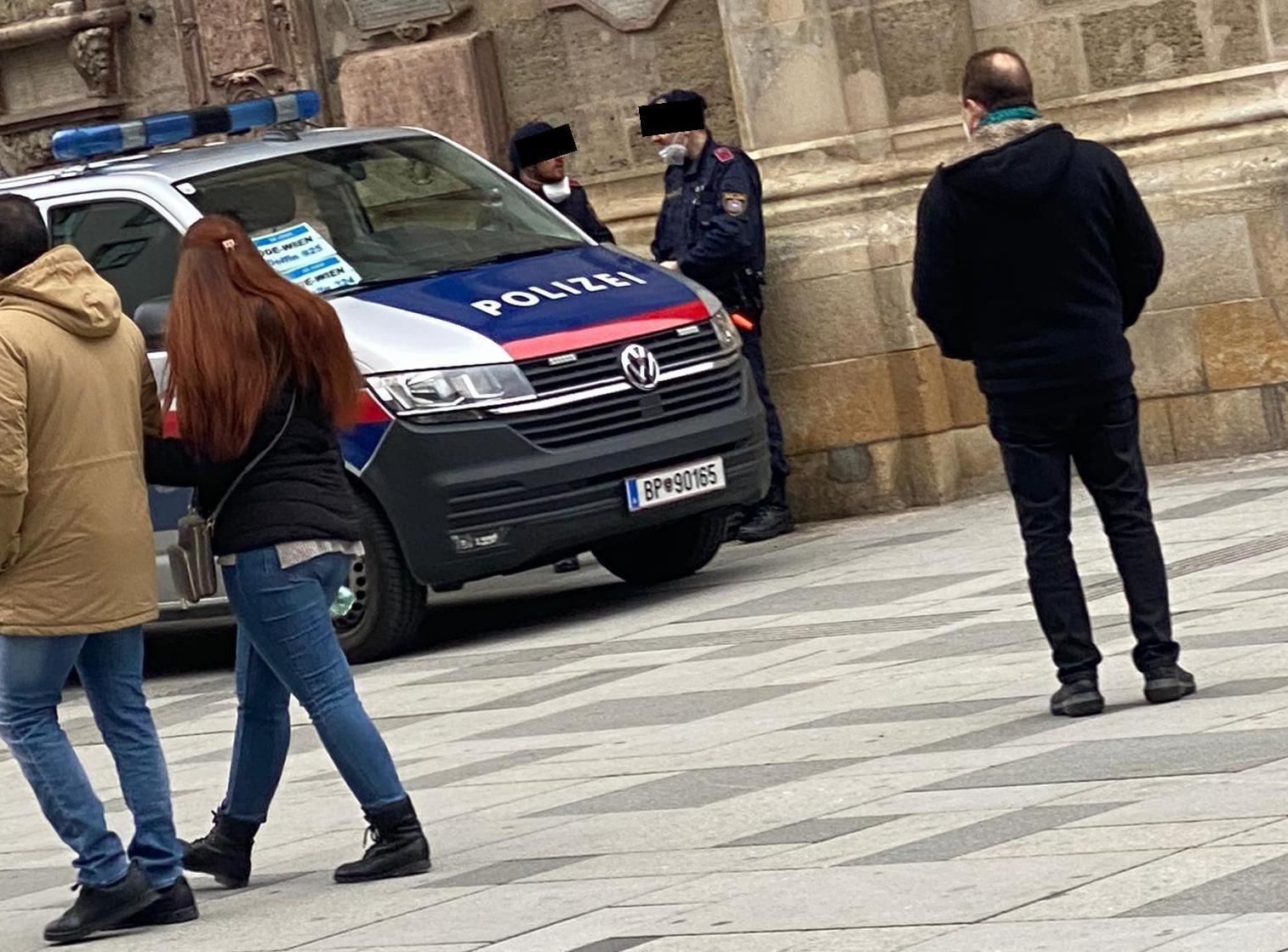 Polizisten ohne Maske