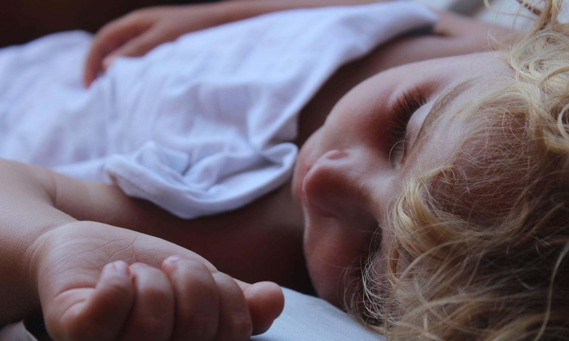 Kind im Bett