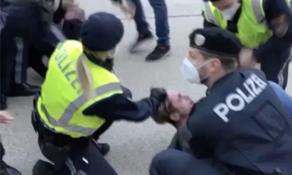 Polizistin zieht Haare